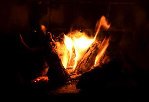 石油ストーブ復活!今年の冬はエアコンでもなくファンヒーターでもなく石油ストーブが人気。