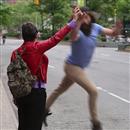 ニューヨークでタクシーを呼ぶために手を上げた人にハイタッチをしまくるオッサンの動画が話題に