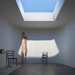 窓のない部屋の中に太陽光溢れる天窓を再現するLED照明のCoeLuxがすごい。(海外)